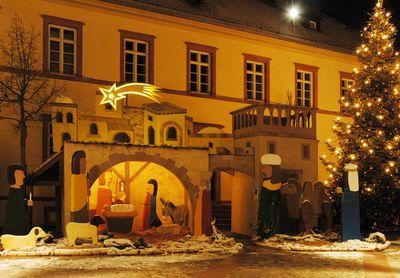 Bild vergrößern: Vor dem Alzenauer Rathaus verzaubert eine große Weihnachts-Krippe die Besucher.